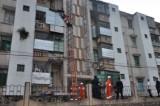 FOTO – Cina, tenta di suicidarsi: la salvano tenendola per i pantaloni