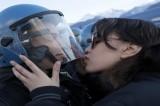 Foto – Il bacio tra la ragazza No Tav e il poliziotto è una bufala