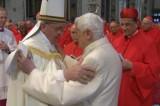 L'abbraccio tra Bergoglio e Ratzinger e il coraggio invocato dal Papa