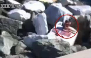VIDEO Sesso sugli scogli a Boccadasse. Coppia si esibisce in pieno giorno