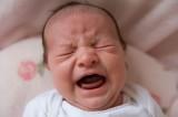Padre culla neonato con energia provocandogli un'emorragia cerebrale