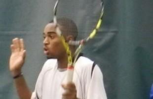 VIDEO Darian King lancia la racchetta e colpisce il giudice di gara