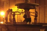 VIDEO Turisti multati a Roma: ballavano nudi in una fontana del '500