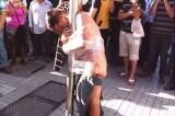 Ladro rapina un pensionato, viene spogliato e legato nudo ad un palo