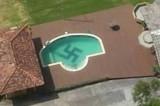 Scoperta choc: svastica disegnata sul fondale di una piscina