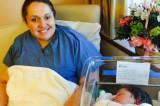 Entra in ospedale per mal di schiena: ne esce con una bimba in braccio