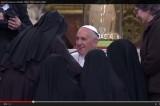 VIDEO Papa Francesco a Napoli. Suore scatenate per Bergoglio