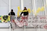 Milano, corteo No Expo: black bloc, vernice e uova