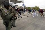 Baltimora: tira sassi alla polizia, mamma lo trascina via picchiandolo