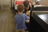 Senzatetto riceve in dono il pranzo da un bimbo di cinque anni