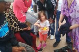 Ventimiglia: la bambina che regala caramelle e sorrisi ai migranti