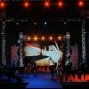 VIDEO Bottiglia contro Malika Ayane durante Parallelo Italia a Napoli