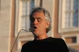 VIDEO Bocelli entra a sorpresa in chiesa e si esibisce per gli sposi