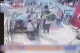 VIDEO Cina. Addetto alle pulizie cade nelle scale mobili, gli amputano la gamba