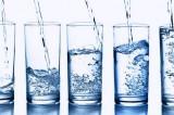 Bere almeno due litri di acqua al giorno? È inutile