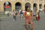 VIDEO Finto gladiatore mostra genitali davanti al Colosseo