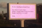 Tradita dal marito, si vendica con un cartellone pubblicitario