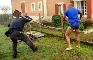 Francia, contadino in mutande picchia animalisti