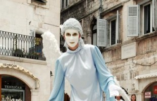Derubava i turisti travestita da mimo, arrestata a Viareggio