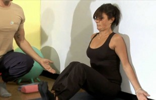 Esercizi posturali per la schiena, ecco come svolgerli comodamente da casa