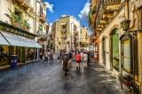 Estate di sole e spettacoli a Taormina: da Noel Gallagher a Fiorello, da Benji e Fede fino al Lago dei Cigni