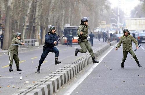 Iran, la polizia uccide 15 manifestanti - Wakeupnews