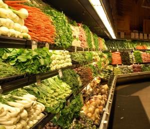 Verdura esposta in un supermercato