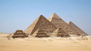 Le imponenti piramidi di Giza