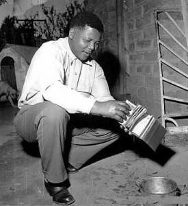 Un giovane Nelson Mandela in carcere