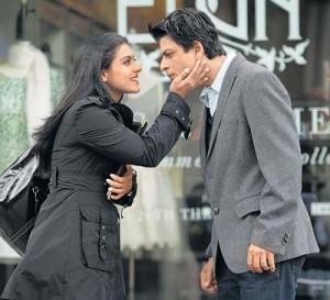 Gli attori Khan e Kajol in una scena del film