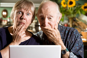 Anziani alle prese con Facebook