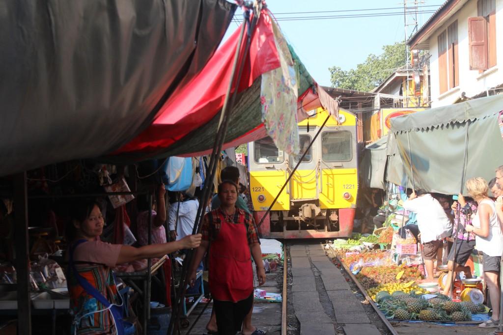 maeklong-treno-mercato-railway-market-train