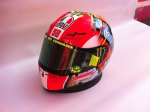 Il casco omaggio di Rosso (dal profilo Twitter di Valentino Rossi)