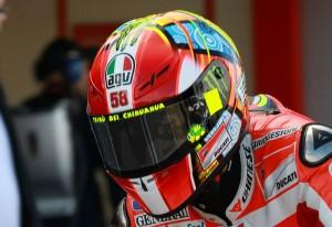 Valentino Rossi indossa il casco tributo per Marco (motorcyclenews.com)