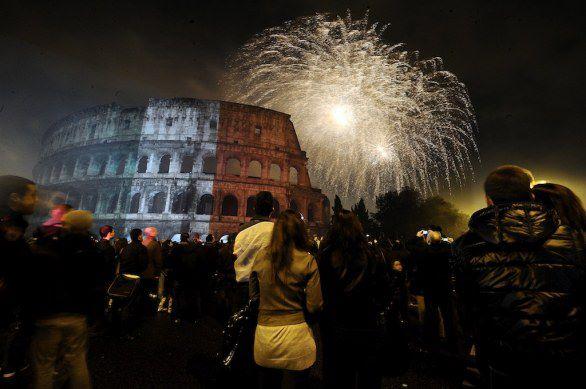 Scenografici fuochi d'artificio vista Colosseo