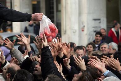 grecia popolo affamato Rimborsi ai partiti e gente affamata.