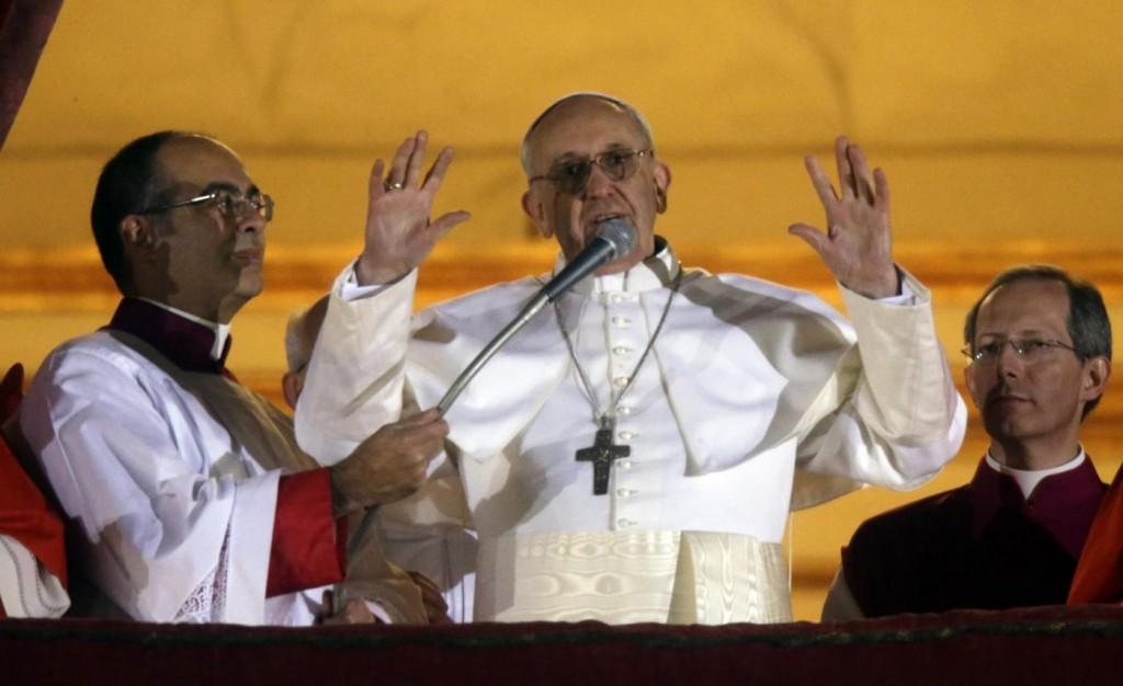 Jorge Mario Bergoglio nella sua prima apparizione pubblica