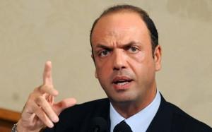 La crisi dell'esecutivo scongiurata grazie ad Alfano, che al contempo apre la crisi del centrodestra