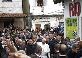Papa Francesco si commuove durante la visita alle favelas (www.voce.com.ve)
