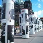 I pilastri su cui si possono ammirare i volti e le biografie dei grandi nomi perseguitati dal nazismo (www.ledonnevisibili.com)