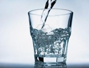 Bisogna bere 8 bicchieri di acqua al dì
