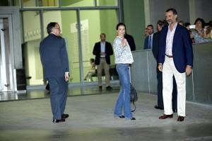 Il principe Felipe e la consorte Letizia, all'ingresso dell'ospedale Quirón di Madrid