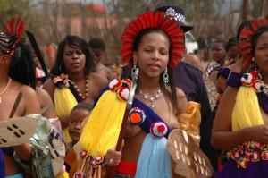 Un'immagine della Reed Dance: la donna in primo piano porta un copricapo di piume rosse, per sottolineare la sua provenienza dalla nobiltà