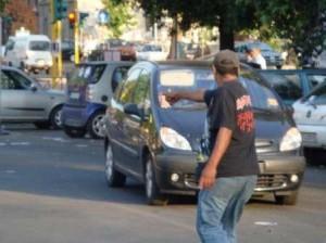 I parcheggiatori abusivi, sempre più diffusi nelle grandi città