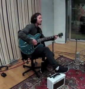 Il leader dei Pearl Jam, Eddie Vedder, in studio (social.entertainment.msn.com)