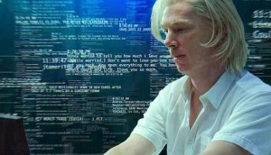 Benedict Cumberbatch (Julian Assange) in una scena del film