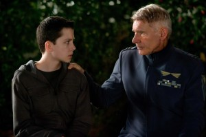 Asa Butterfield e Harrison Ford in una scena del film