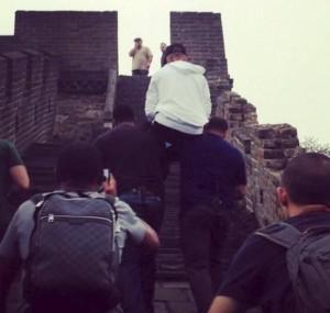 justin-bieber-muraglia-cinese-bodyguard-guardie-del-corpo-spalle