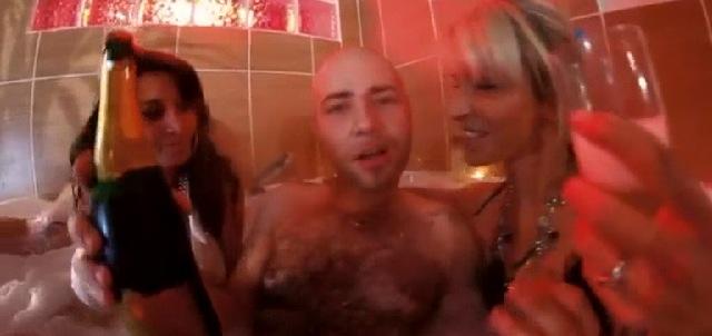 Una scena del video, con la prof Veronique che recita insieme al rapper e altre donne
