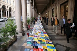 Le bancarelle dei Portici di carta (www.echeion.it)